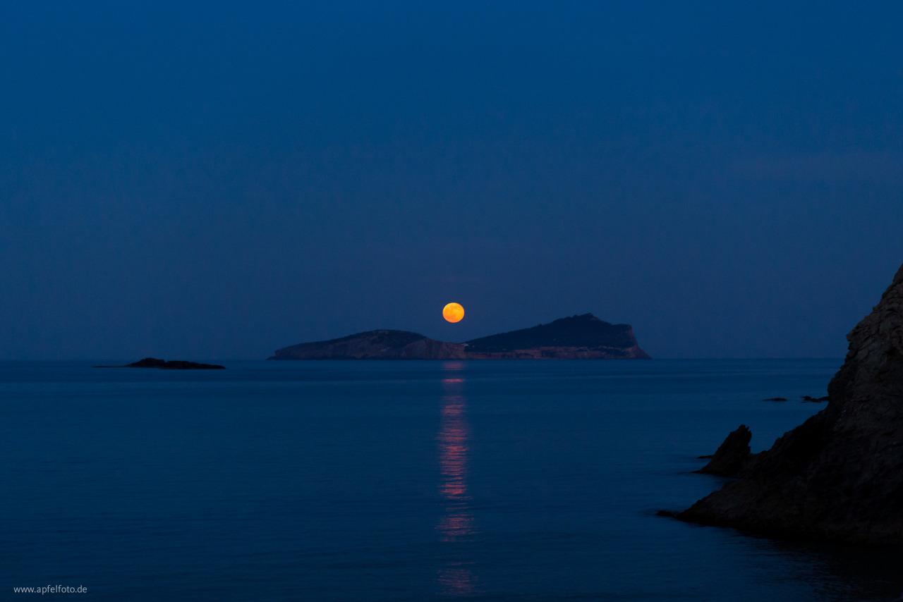Vollmond in Ibiza an Meer